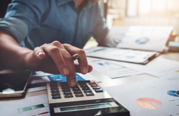 Cómo ahorrar gastos en la empresa [6 Formas de lograrlo]